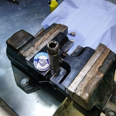 DL- UNI 50043 Универсальное приспособление для зажима в тисках форсунок CR Зажимается в двух позициях : распылителем вверх ; распылителем вниз. Удобное изделия для срыва и затяжки  резьб. #dieselbel #dieselland #dieselclub #commonrail